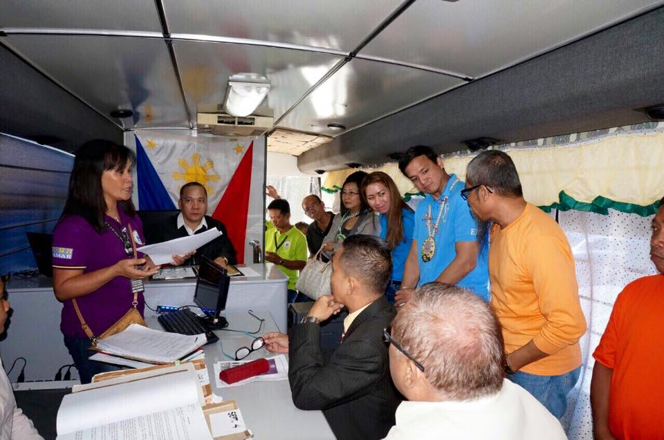 Samar Governor Sharee Ann Tan (3rd from right) talks to the accused (right) who was released from detention by the trial court inside the Justice on Wheels in Samar as Court Administrator Jose Midas Marquez (2nd from right) and Deputy Court Administrator Thelma Bahia (4th from right) look on.