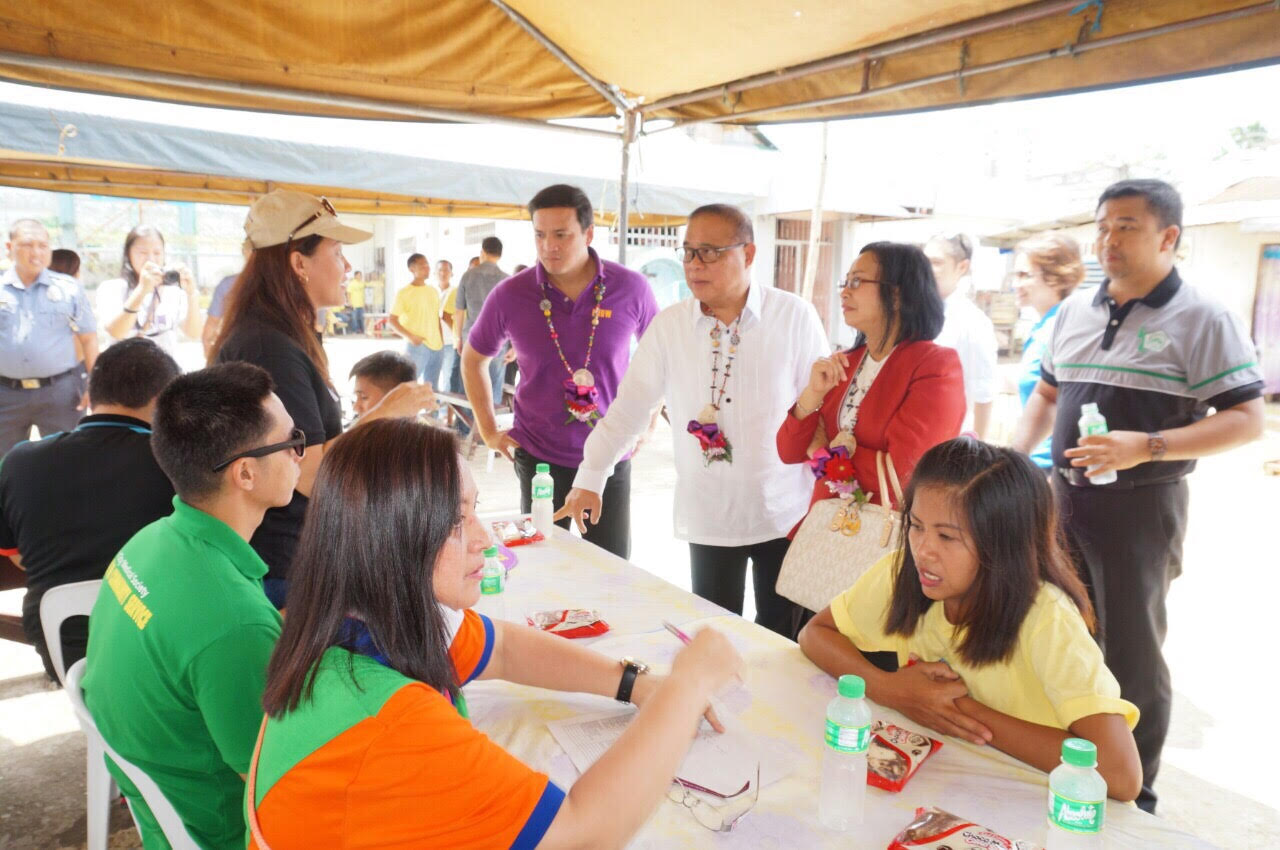 Court Administrator Jose Midas P. Marquez, Supreme Court Justice Mariano C. Del Castillo, and Deputy Court Administrator Thelma C. Bahia talk with doctor volunteers conducting medical assistance in the Ormoc City Jail during the Enhanced Justice on Wheels in Ormoc City. At least 28 detainees were released as of press time.