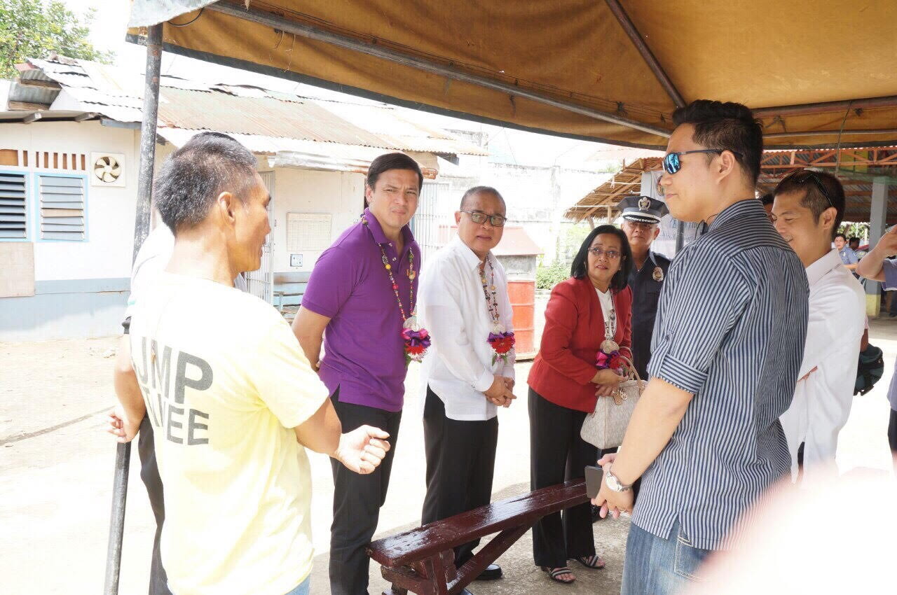 Court Administrator Jose Midas P. Marquez, Supreme Court Justice Mariano C. Del Castillo, and Deputy Court Administrator Thelma C. Bahia talk with inmates of the Ormoc City Jail during the Enhanced Justice on Wheels in Ormoc City.